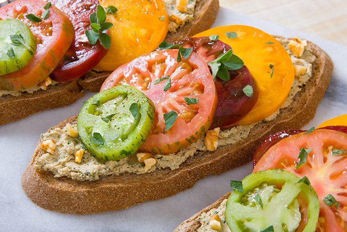 Tostadas con tomate, queso feta y nueces