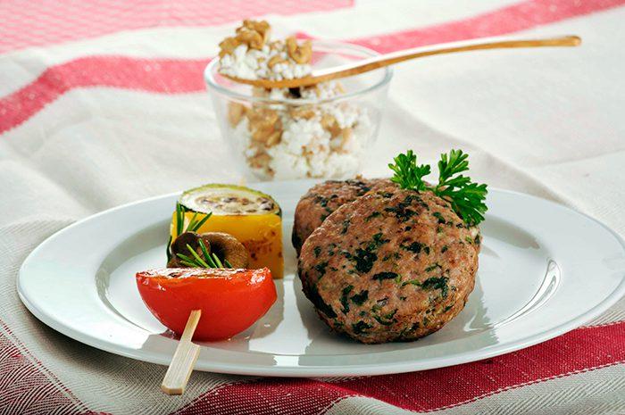 Hamburguesas de carne con nueces, berenjena, ricota y brocheta de verduras
