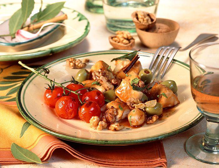 Pollo con salteado de tomates, nueces y aceitunas