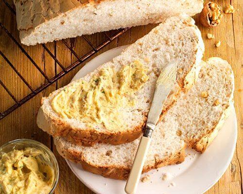 Pan de nueces sin gluten con matequilla de curry y nueces