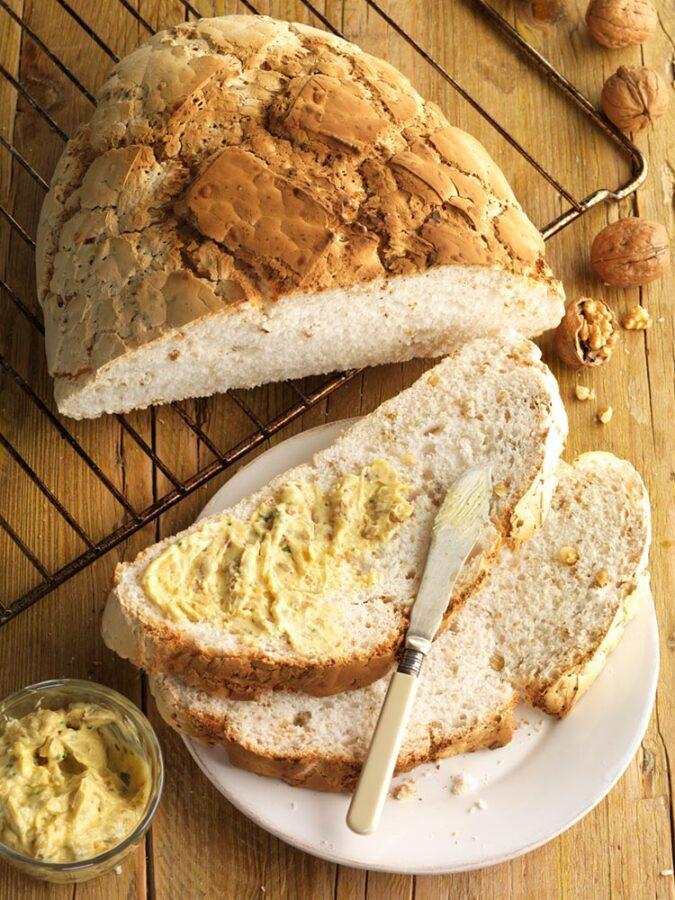 Pan de nueces sin gluten con mantequilla de curry y nueces