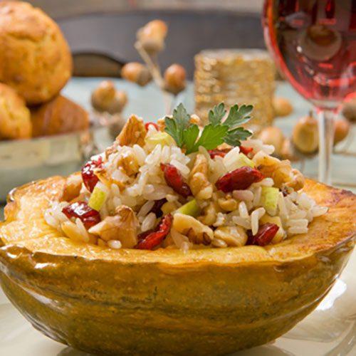 Calabaza rellena de pilaf de arroz con nueces y manzana