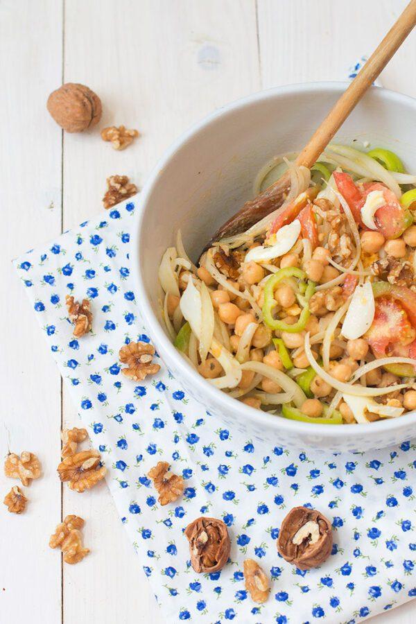 Ensalada de con garbanzos, verduras y nueces