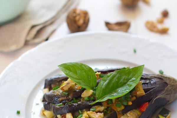 Libritos de berenjena y verduras con nueces