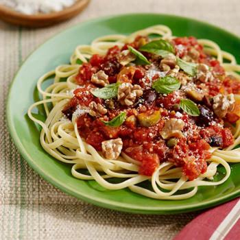 Spaghetti Puttanesca con olivas y nueces