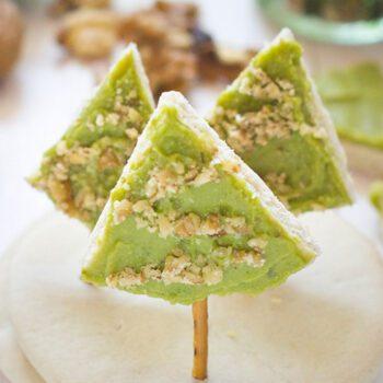 Abetos de Navidad con guacamole y nueces
