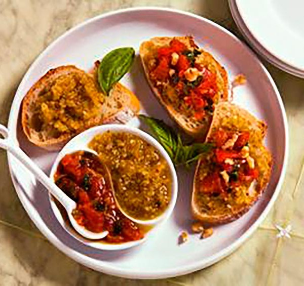 Burschetta de tomate, pesto y nueces