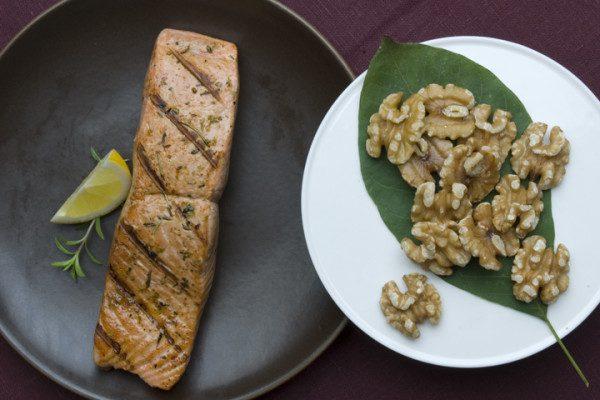 salmón con nueces y hoja