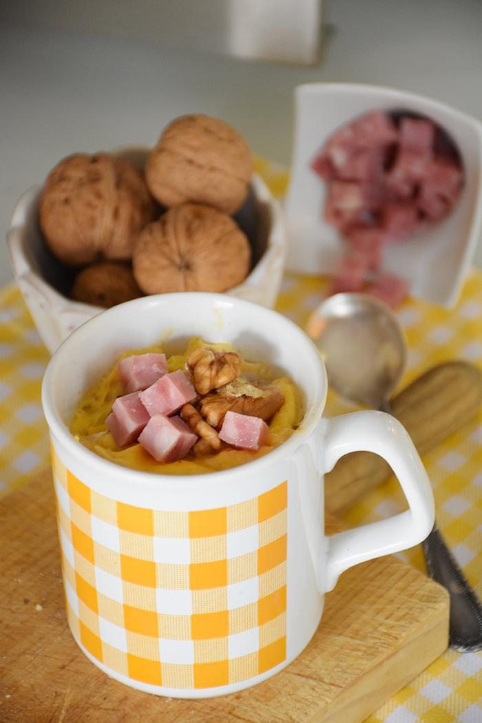 mug-cake-de-huevos-revueltos-con-jamon-de-york-queso-crema-y-nueces