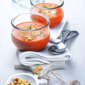 Sopa de tomate e hinojo con gremolata de limon y nueces