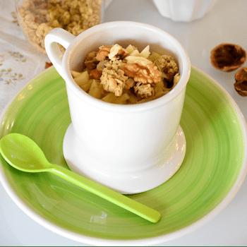 Mug cake de manzana y granola con nueces