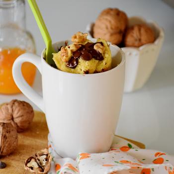 Mug cake sin gluten, de naranja con chips de chocolate y nueces