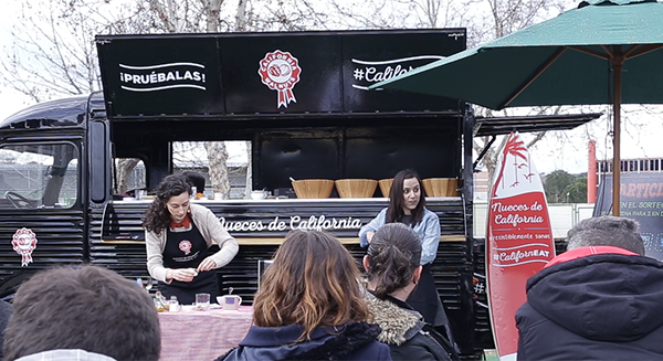 Nueces de California presenta sus mug cakes a bordo de un 'food truck' en MadrEAT