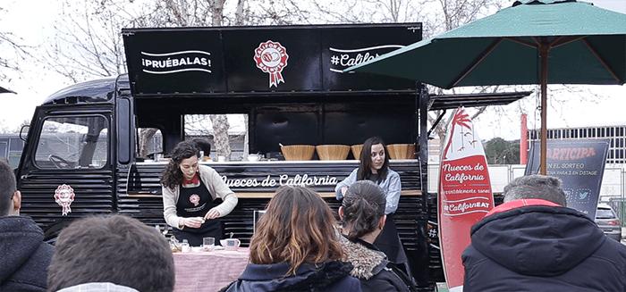 Nueces de California presenta sus mug cakes a bordo de un 'food truck' en MadrEAT