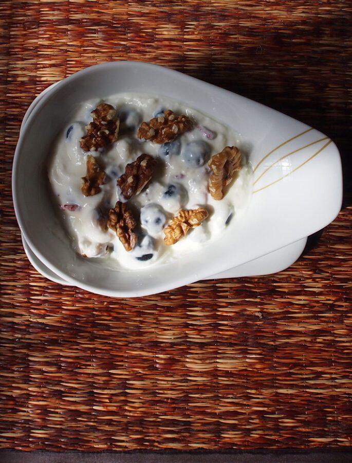 Yogurt griego con cereales, nueces, arándanos, frutas secas