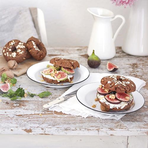 Bagels integrales de nueces con queso a las finas hierbas e higos