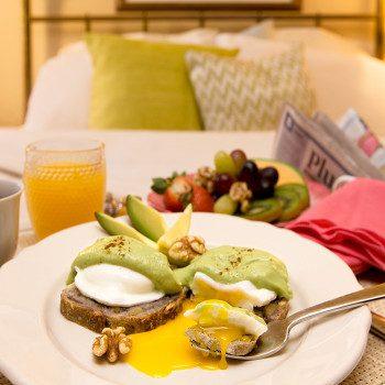 Huevos Benedict con aguacate y pan de nueces