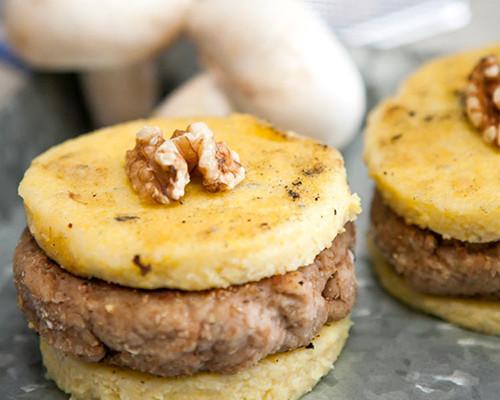 Burger de champiñones y nueces en sándwich de polenta