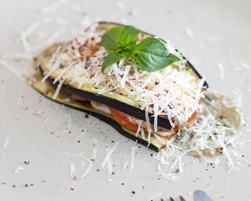 Milhojas de berenjena, tomate y mozzarella con pesto de nueces
