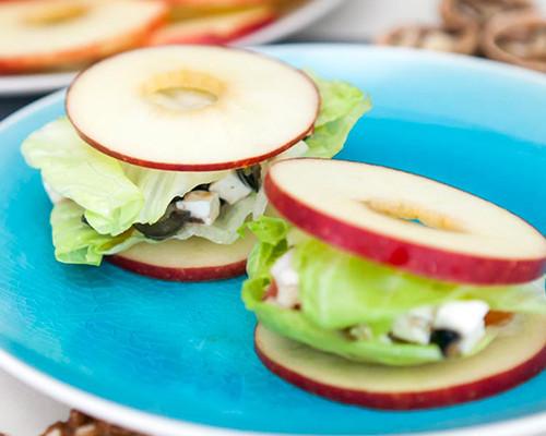 Sándwich de manzana con ensalada de nueces