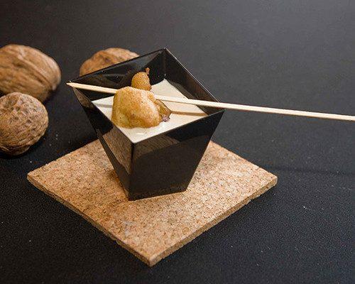 Buñuelos de bacalao con nueces y ajoblanco de nueces
