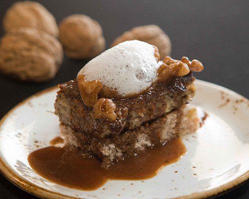 Conejo con chocolate y nueces con aire de leche con pan rústico de nueces