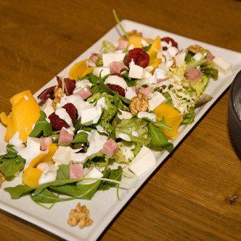Ensalada de frutas con queso y nueces