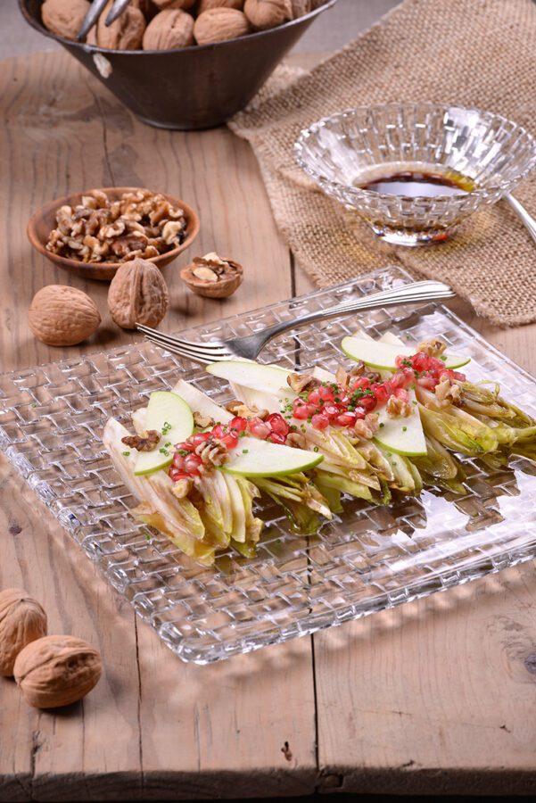 Ensalada de endivias, granada y manzana con vinagreta de nueces