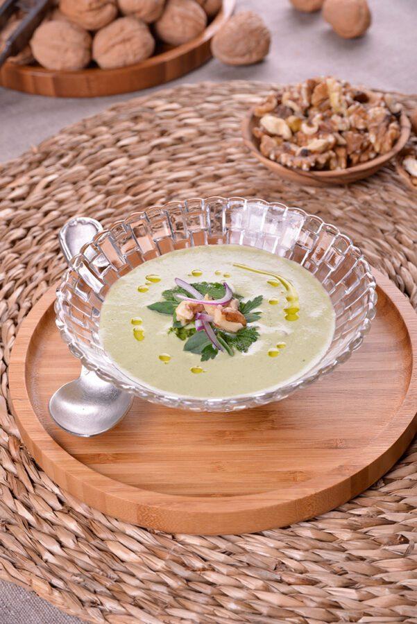 Sopa fría de pepino, hinojo y nueces