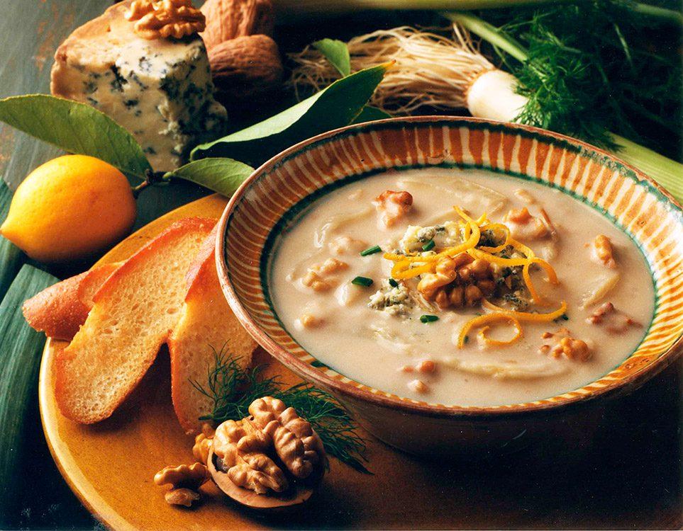 Sopa de hinojo asado con nueces de California