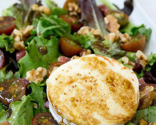 Ensalada de queso de cabra, jamón y nueces