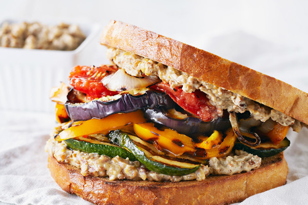 Sándwich de vegetales a la parrilla con alioli de nueces