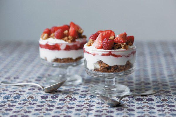Trifle con granola de nueces y frutos rojos