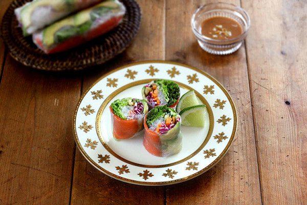 Rollitos de primavera de ensalada salmón y salsa de nueces