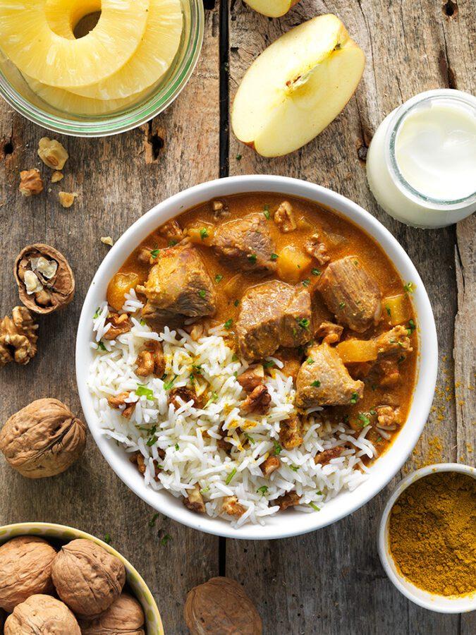 Bol de cordero con piña y nueces al curry