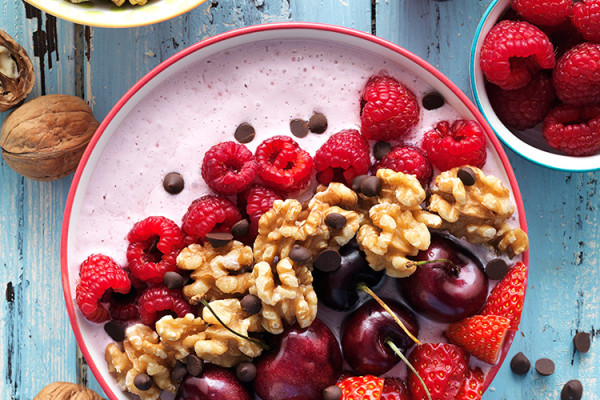 Smoothie bol de cheesecake de frutos rojos y nueces