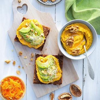 destacada-tosta-de-hummus-de-zanahoria-y-nueces-aguacate-y-brotes-de-alfalfa