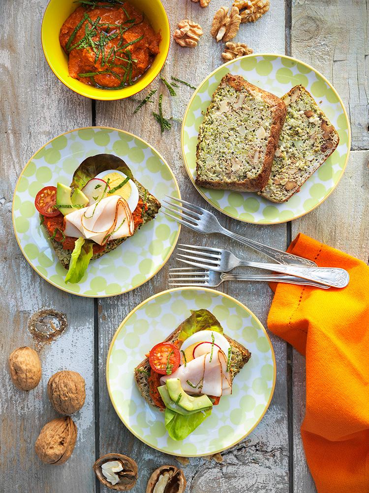 Sándwich de pan de brócoli y nueces muhammara de nueces