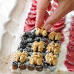 tabla-de-yogur-helado-con-nueces-y-frutos-rojos-paso-3