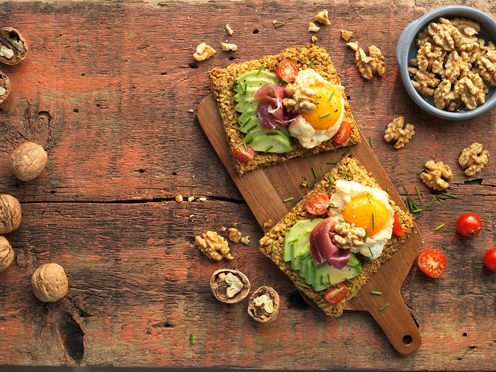 Cracker de nueces con aguacate, huevo nube y jamón ibérico