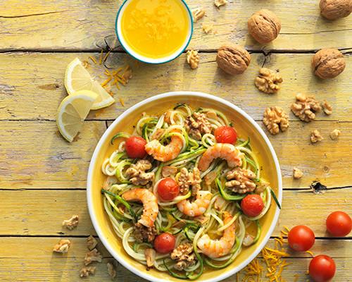 Langostinos con nueces a la naranja, espaguetis de calabacín y tomate cherry