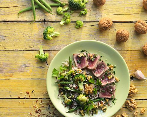 Lomo de atún a la plancha con vinagreta de nueces, ajo y perejil