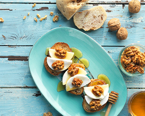 Pan de nueces con queso fresco y nueces con miel