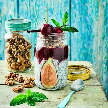 Frasco de yogur con chía con nueces, higos y frutos rojos