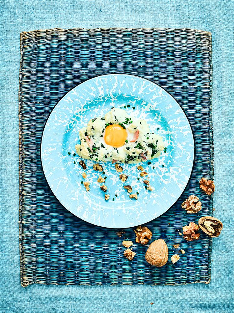 Huevos nube de espinacas, jamón y nueces
