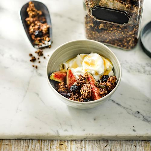 Granola de trigo serraceno, cerezas y nueces con yogur e higos