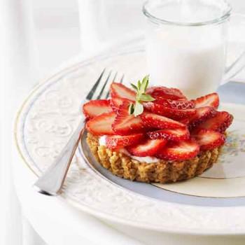 Tartaletas de nueces con de fresas y nata