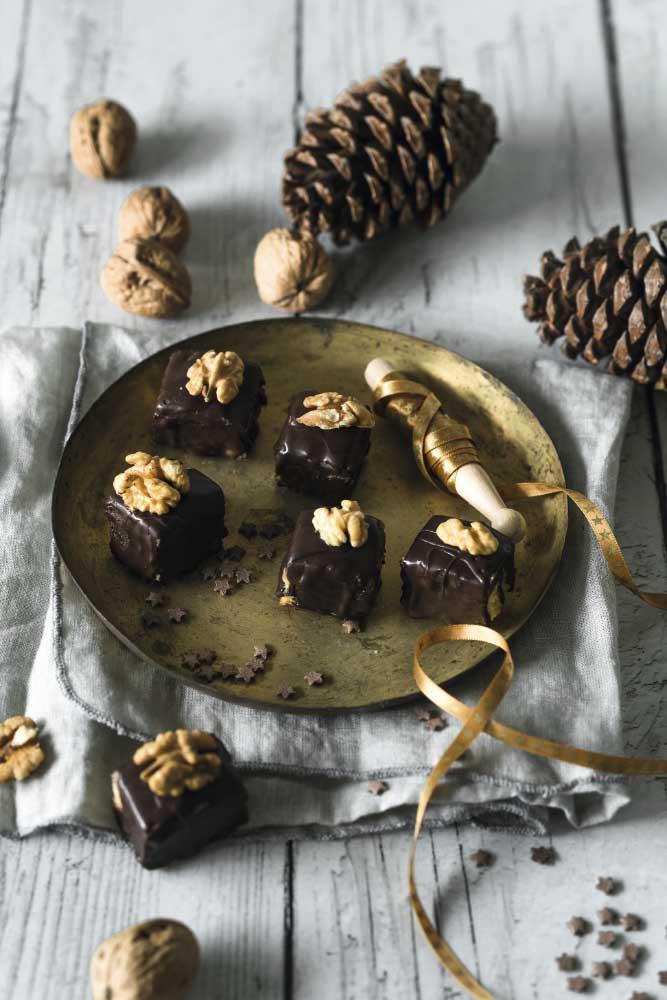 Bizcochitos de chocolate con gelatina y mazapán de nueces