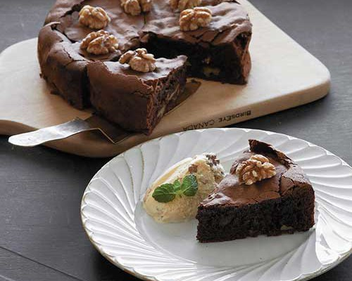 Gateau de chocolate y nueces con helado