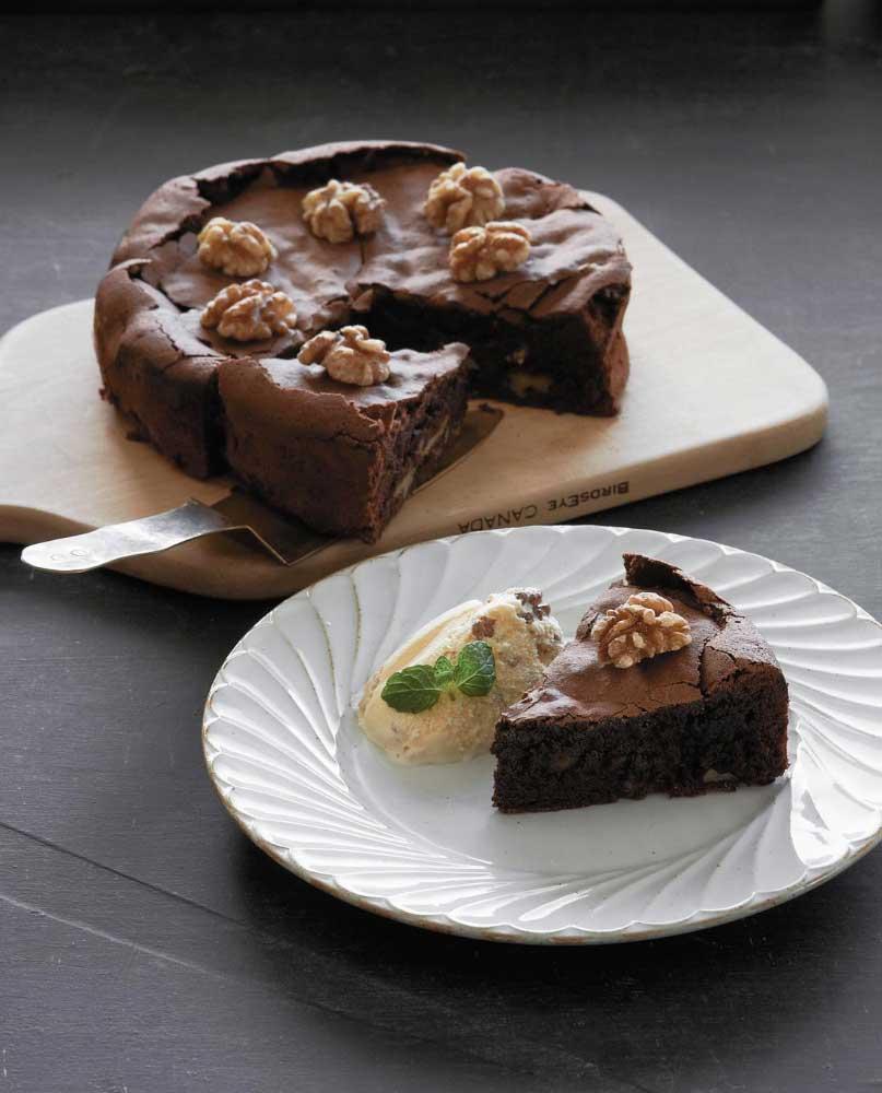 Gateau de chocolate y nueces con helado